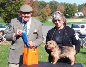 Ch. Jufelt's Point Maid, shown with judge Hughes and owner Marcia Penrose won the Veteran Bitch class.